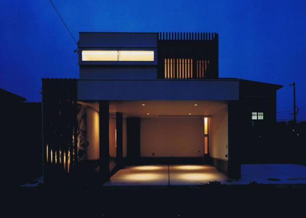 縦格子の家の部屋 外観ライトアップ