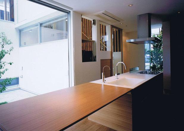 縦格子の家の部屋 ダイニングテーブル付きのキッチン