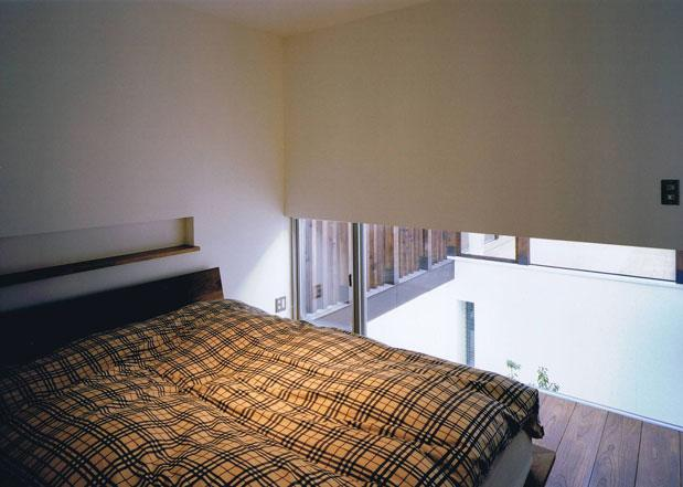縦格子の家の部屋 窓のある寝室