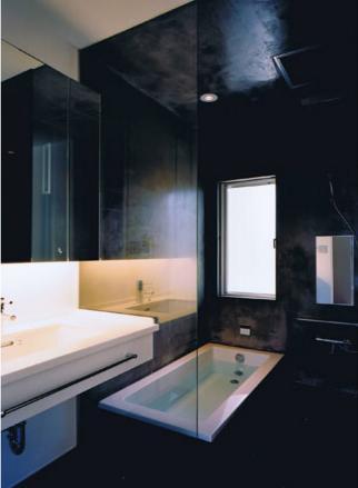 縦格子の家の部屋 モダンな洗面室とバスルーム