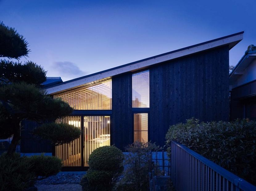 岡崎の家の部屋 外観夕景
