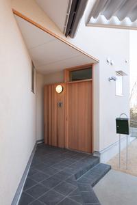 郡山・向作の家の部屋 アプローチのある玄関