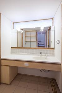 郡山・向作の家の部屋 明るい洗面室