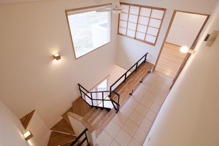 郡山・向作の家の部屋 階段とベンチ
