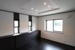 木造注文住宅 開放感あふれる家 (飾り天井の寝室)