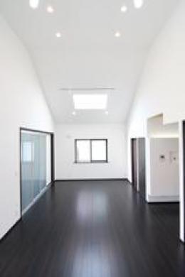 木造注文住宅 開放感あふれる家 (光が差し込むリビングダイニング)