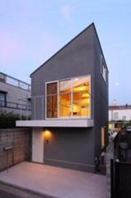 木造注文住宅 片流れ屋根の家 (ライトアップした外観)