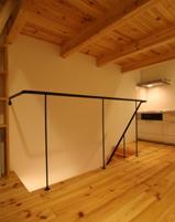 木造注文住宅 片流れ屋根の家の写真 シンプルな階段の手すり