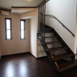 木造注文住宅 坪庭が眺められる家 (ストリップ階段)