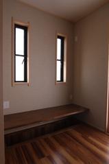 木造注文住宅 坪庭が眺められる家の写真 掘りごたつ式の机