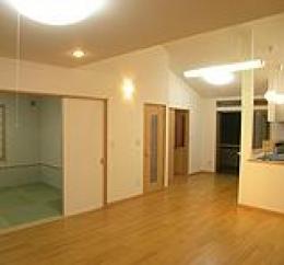 木造注文住宅 箱の家 (和室と繋がるリビング)