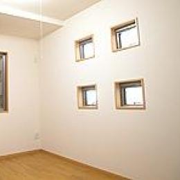 四角い窓を4つ配置した洋室