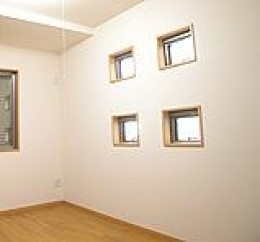 木造注文住宅 箱の家 (四角い窓を4つ配置した洋室)