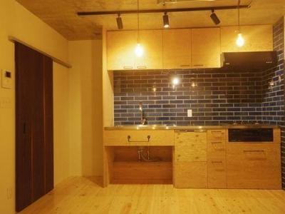 THEレトロモダン (レトロ感のあるタイルと構造用合板のオリジナルキッチン)