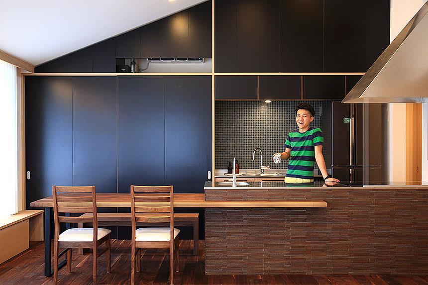 「スキップコア」 ~三世代を結ぶ家~の部屋 ダイニングテーブル付きのキッチン