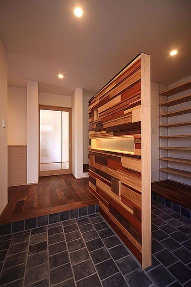 「スキップコア」 ~三世代を結ぶ家~の部屋 収納たっぷりの玄関
