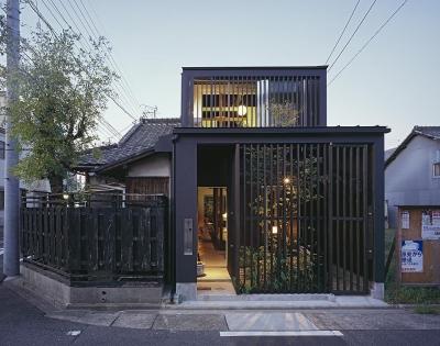 外観夕景・正面 (『再生M』~通り土間のある町屋のリノベーション~(古民家再生))