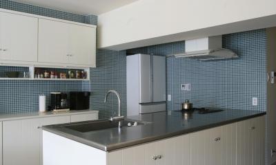 青と白を基調としたクールなキッチン Y邸