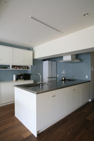 青と白を基調としたクールなキッチン (Y邸)