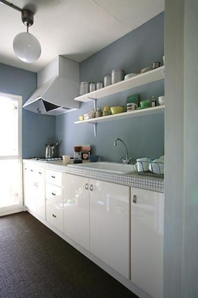 ベビーブルーと白で統一された可愛いキッチン (F邸)