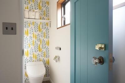 北欧風な壁紙とドアが素敵なトイレ (K邸)
