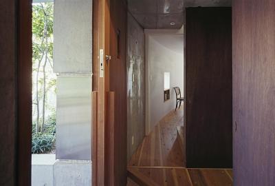 玄関からカーブした室内側へ (『岳見の家』~雑木林につつまれた住まい~)