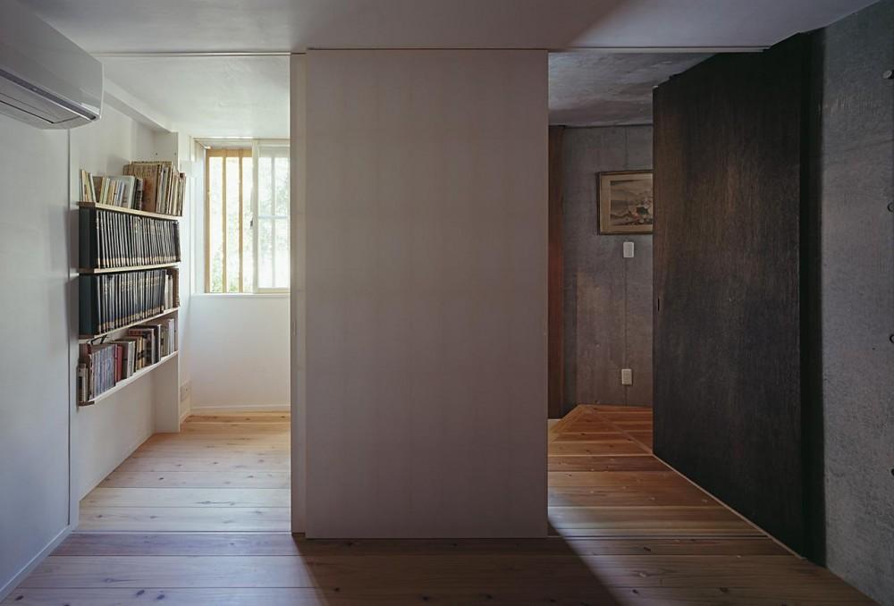 『岳見の家』~雑木林につつまれた住まい~ (予備室と玄関のつながり・開く)