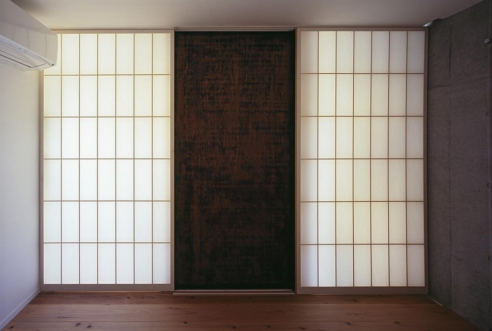 『岳見の家』~雑木林につつまれた住まい~ (予備室から玄関へ・閉じる)