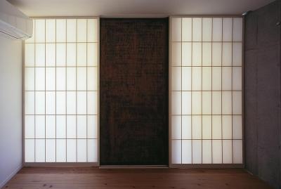 予備室から玄関へ・閉じる (『岳見の家』~雑木林につつまれた住まい~)