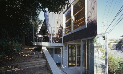 『岳見の家』~雑木林につつまれた住まい~ (上下にある地階と1階のテラス)