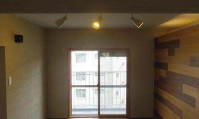 木板壁とチェッカーガラスのある家