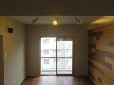 木板壁とチェッカーガラスのある家 (珪藻土壁と木板壁)
