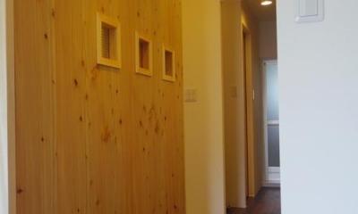 木板壁とチェッカーガラスのある家 (チェッカーガラスのある間仕切壁)