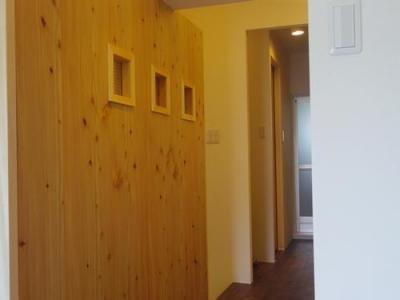 チェッカーガラスのある間仕切壁 (木板壁とチェッカーガラスのある家)