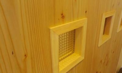 木板壁とチェッカーガラスのある家 (チェッカーガラス)