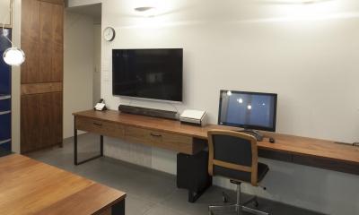 壁付けデスクの書斎はすっきりとした空間|K邸