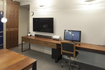 壁付けデスクの書斎はすっきりとした空間 (K邸)