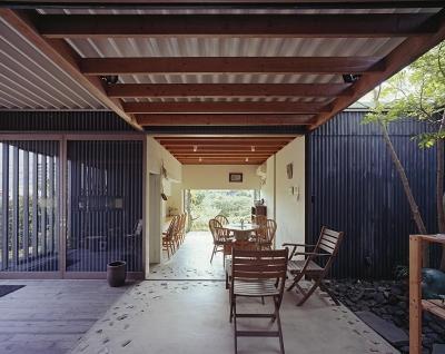 中庭テラスからカフェスペースへ (『知多の家』~緑のオアシス~(gallery & dining cafe))