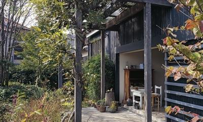 『知多の家』~緑のオアシス~(gallery & dining cafe) (ぶどう棚の下にある屋外テラス)