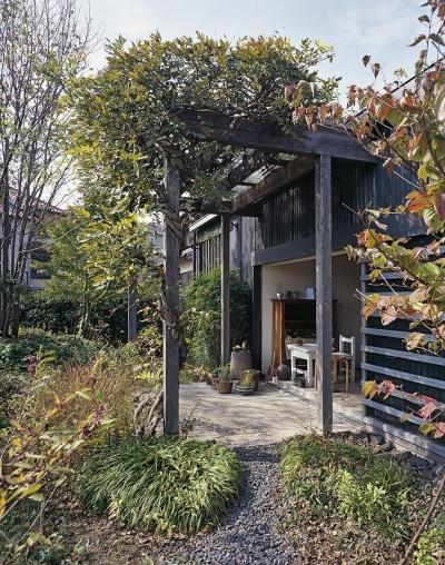 ぶどう棚の下にある屋外テラス (『知多の家』~緑のオアシス~(gallery & dining cafe))