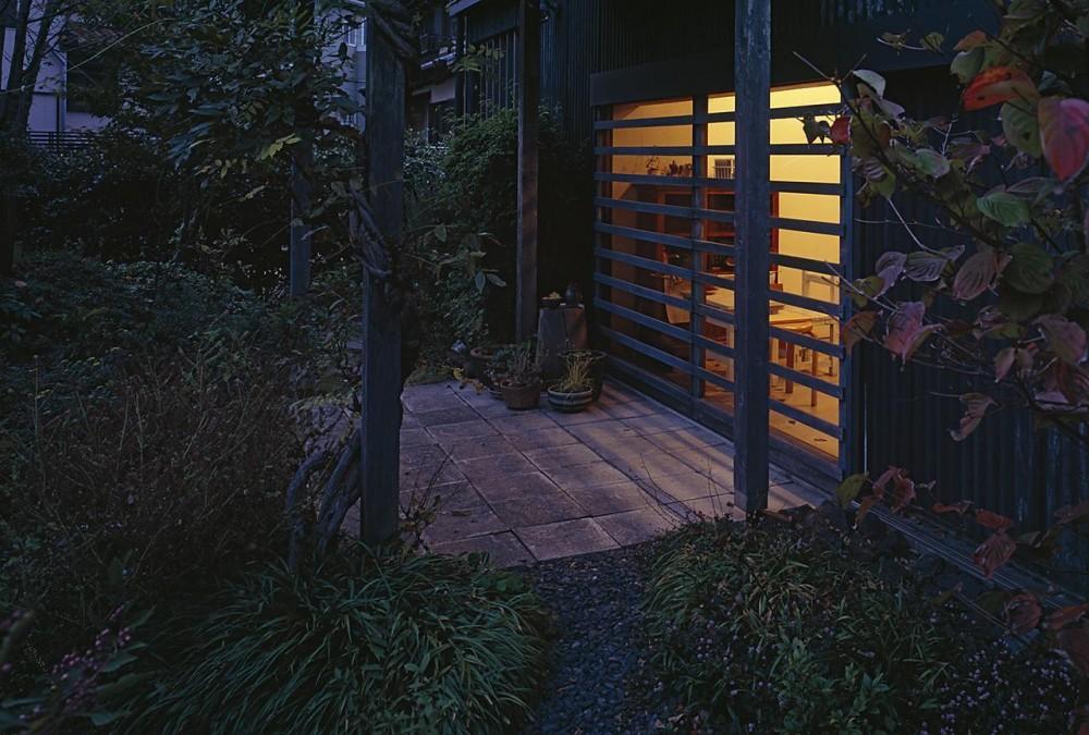『知多の家』~緑のオアシス~(gallery & dining cafe) (ぶどう棚の下のテラス(夕景))