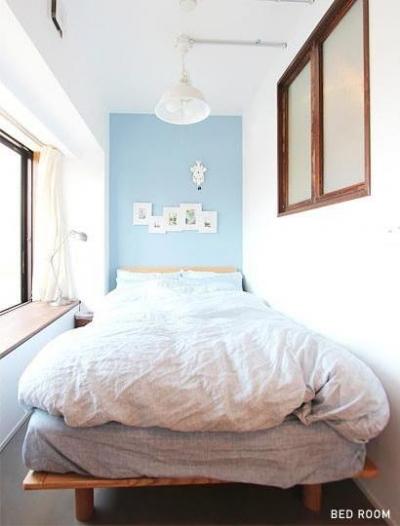 アクセントクロスが印象的なベッドスペース (ときめくヴィンテージ)