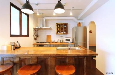 アーチ壁のあるキッチン (ときめくヴィンテージ)