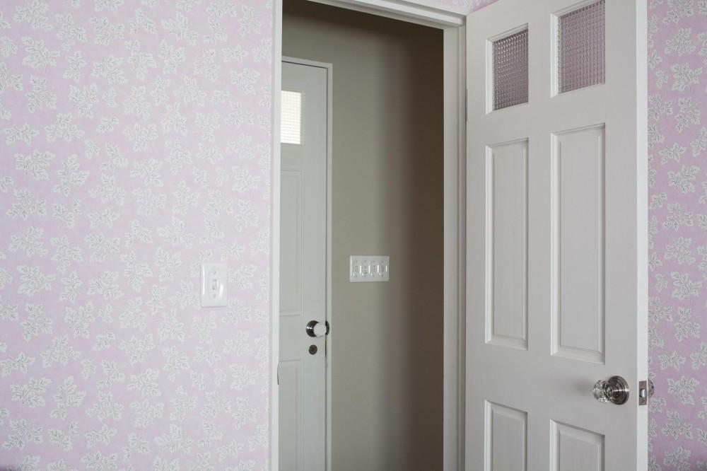 O邸 (淡い色合いの壁紙の寝室)
