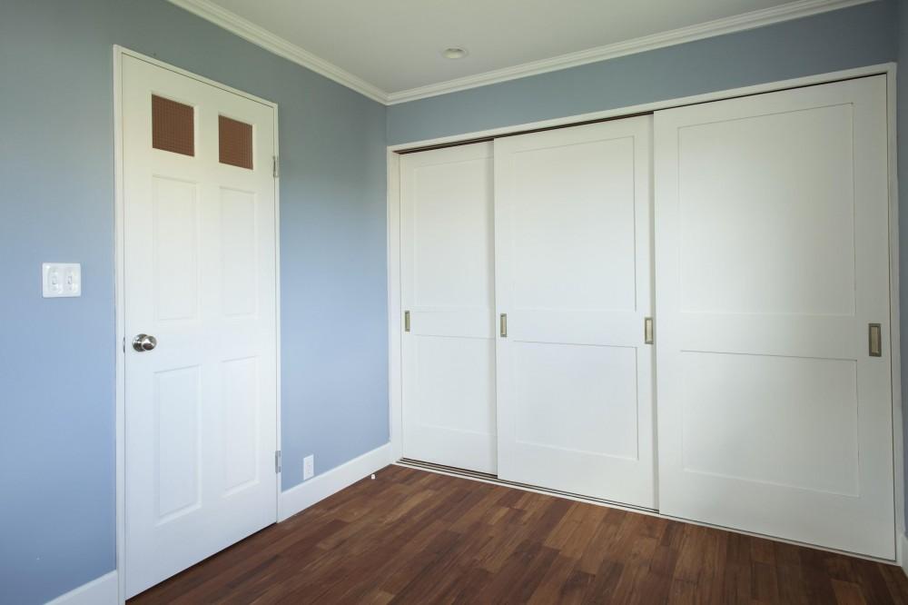 O邸 (壁紙&収納扉のバランス)