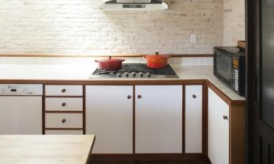 O邸 (木製のパイピングが美しいキッチン収納)