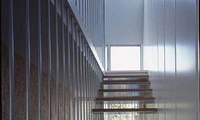 鉄の家 (階段)