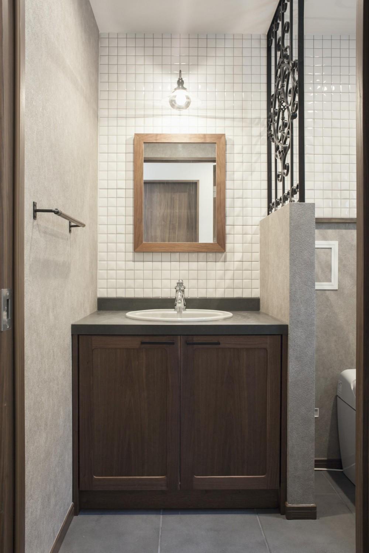 K邸 (白いタイルとウォールナットのシックな洗面)