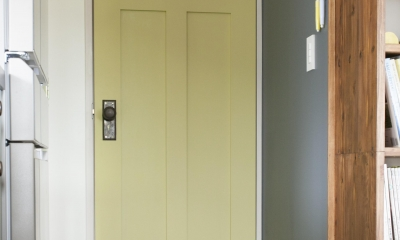 K邸 (キッチンから廊下へ続くカラードア)