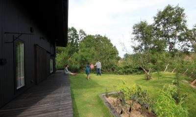 『HDFの家』〜雑木林と語らう家〜 (長いテラスと広い芝生の庭)